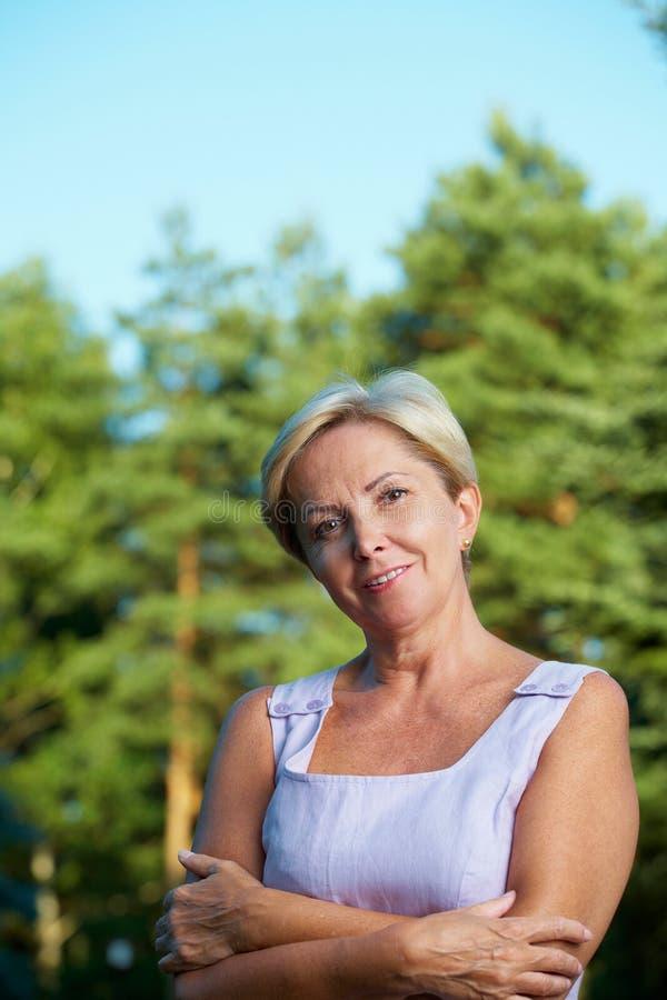 Fällige Frau mit den Armen gekreuzt lizenzfreies stockfoto