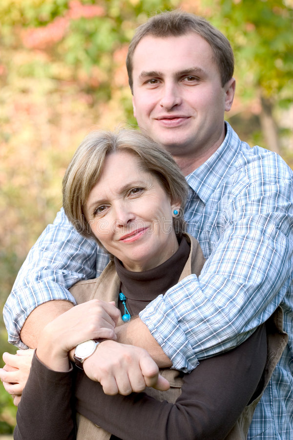 Fällige Frau und junger Mann lizenzfreie stockbilder