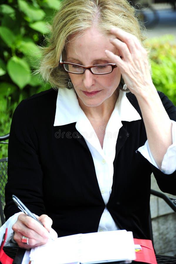 Fällige Geschäftsfrau lizenzfreies stockfoto