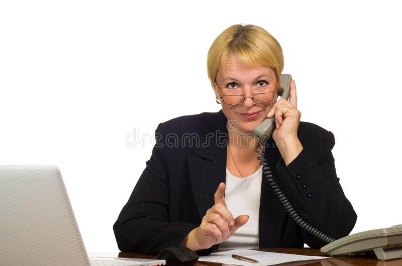 Fällige Geschäftsfrau, die um das Telefon ersucht lizenzfreie stockbilder