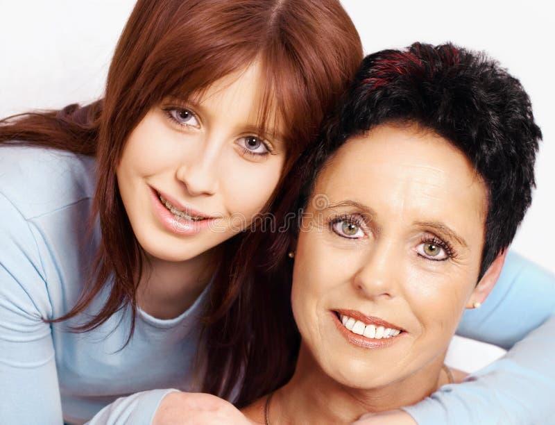 Fällige Mutter und jugendliche Tochter lizenzfreie stockbilder