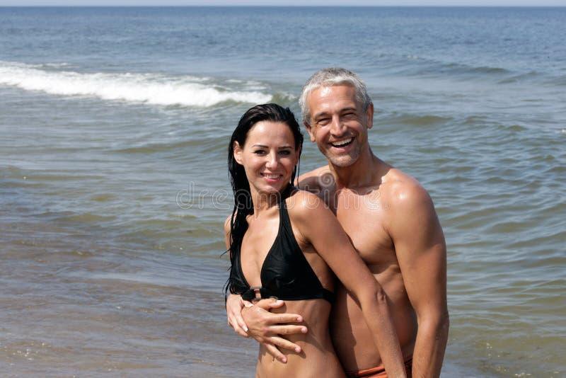 Fällige Paare auf einem Strand stockfoto