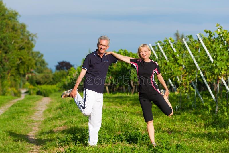 Fällige Paare, die draußen Sport tun stockfotografie