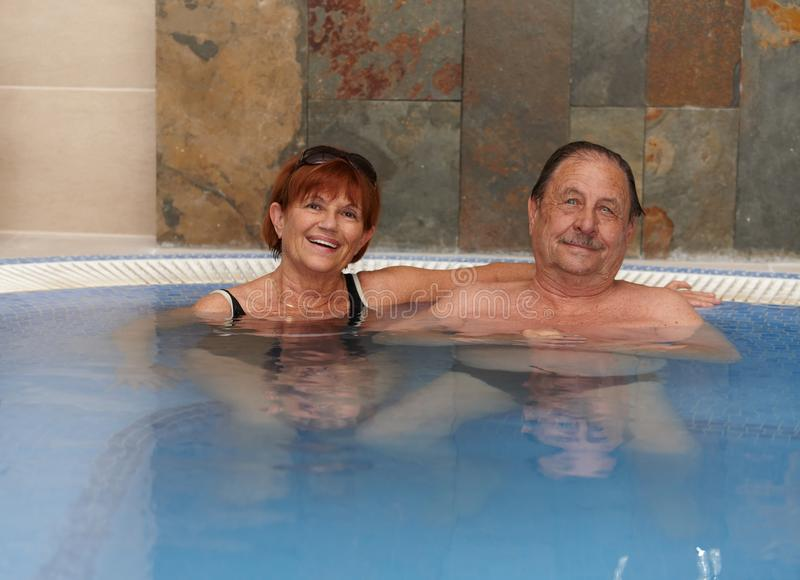 Fällige Paare, die im Badekurort lächeln lizenzfreie stockfotos