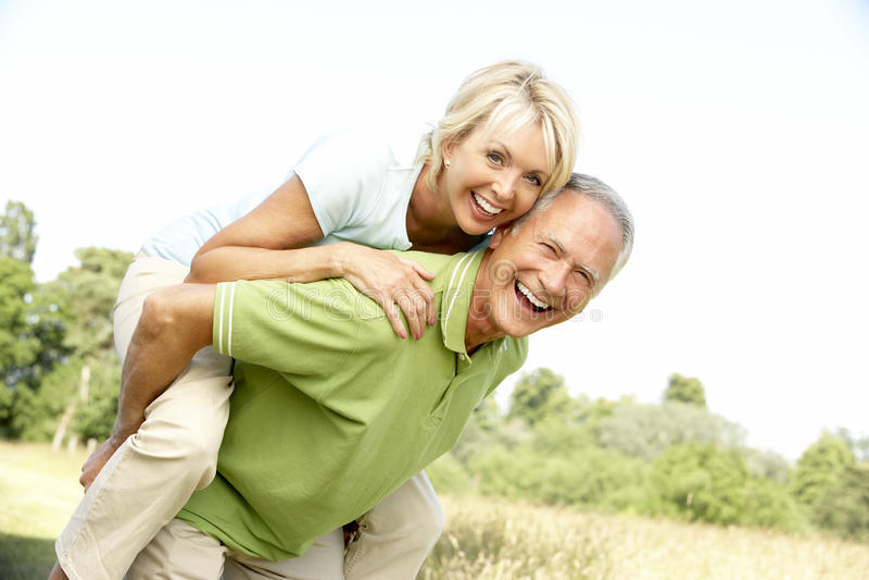 Fällige Paare, die Spaß in der Landschaft haben lizenzfreie stockbilder