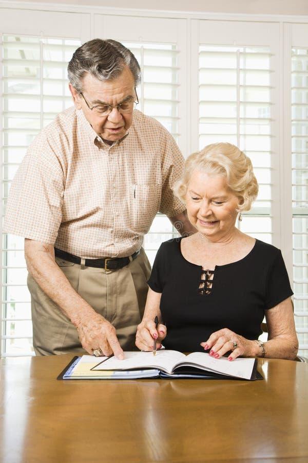 Fällige Paare mit Kalender. lizenzfreie stockfotografie