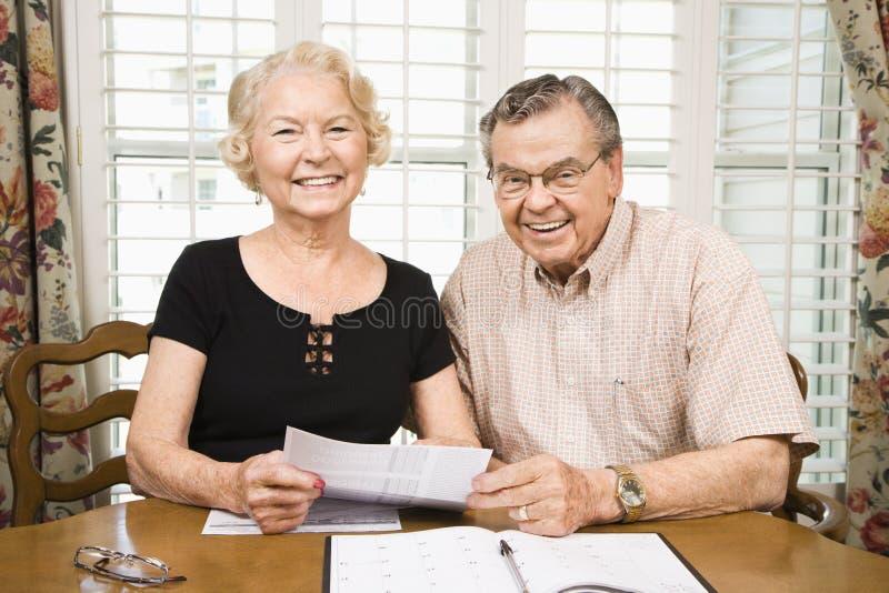 Fällige Paare mit Rechnungen. lizenzfreies stockbild