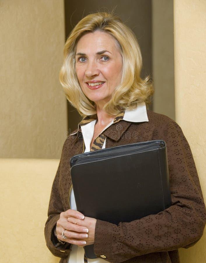 Fällige und überzeugte Geschäftsfrau stockbild