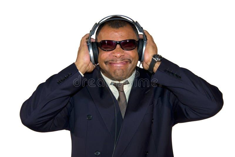 Fälliger African-Americanmann, der zum falschen Ton hört stockfoto
