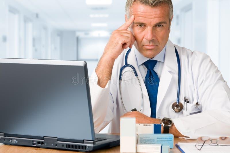 Fälliger Doktor, der Sie anstarrt stockbild