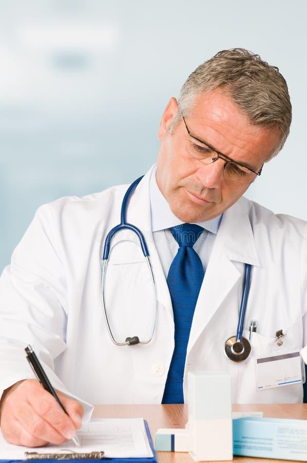 Fälliger Doktor schreibt medizinische Prüfung vor stockfoto
