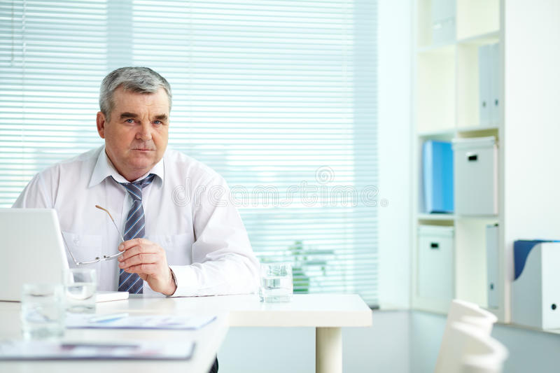 Fälliger Geschäftsmann lizenzfreies stockbild