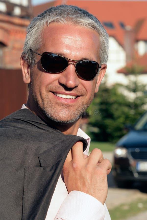 Fälliger Geschäftsmann, der draußen lächelt lizenzfreie stockbilder