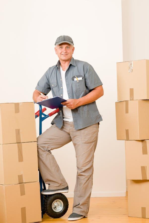 Fälliger männlicher Eilbote des Kuriers, der Pakete liefert lizenzfreie stockfotos