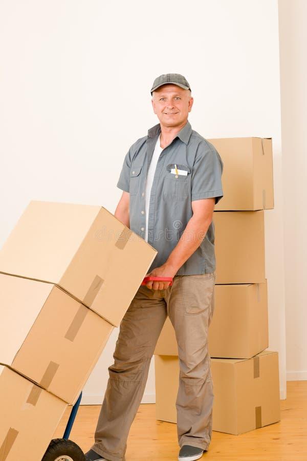Fälliger männlicher Eilbote des Kuriers, der Pakete liefert stockfotos