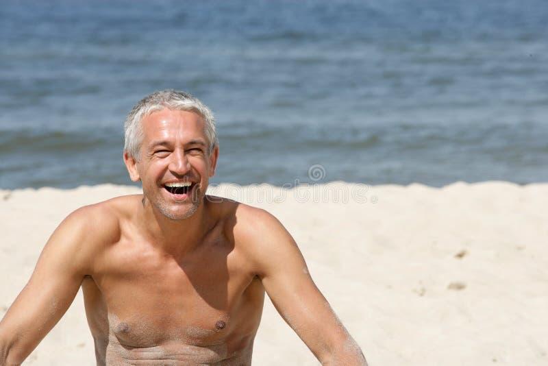 Fälliger Mann auf einem Strand lizenzfreies stockfoto