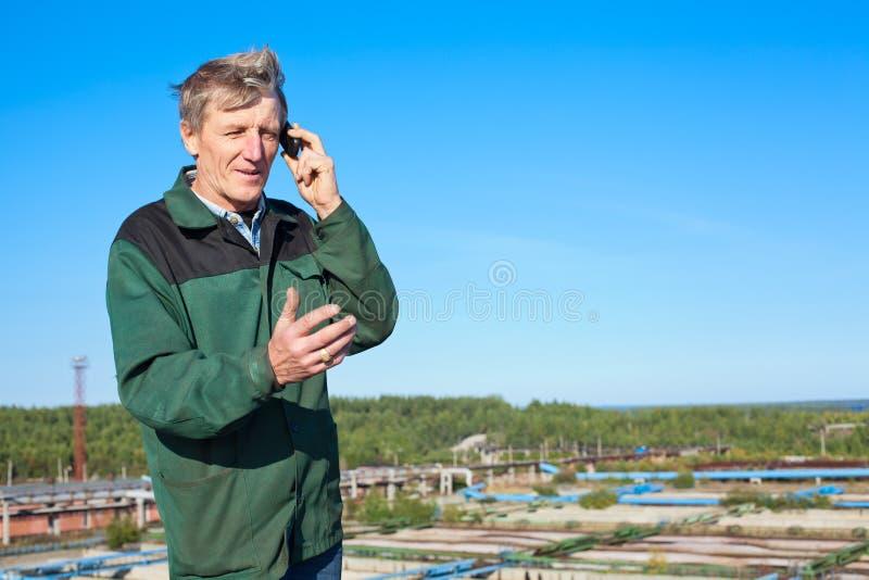 Fälliger Mann, der am Telefon spricht
