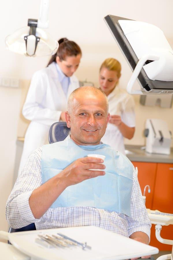 Fälliger Mann an der zahnmedizinischen Bürochirurgie lizenzfreies stockbild