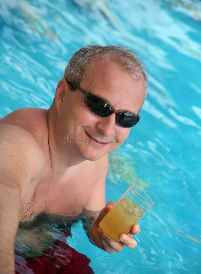 Fälliger Mann im Pool stockfotos