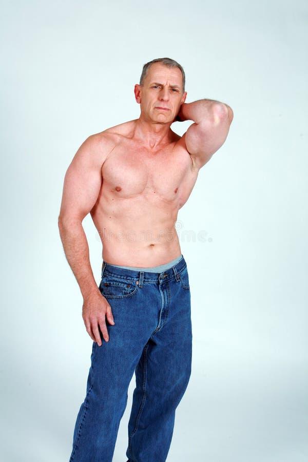 Fälliger muskulöser Mann lizenzfreies stockfoto