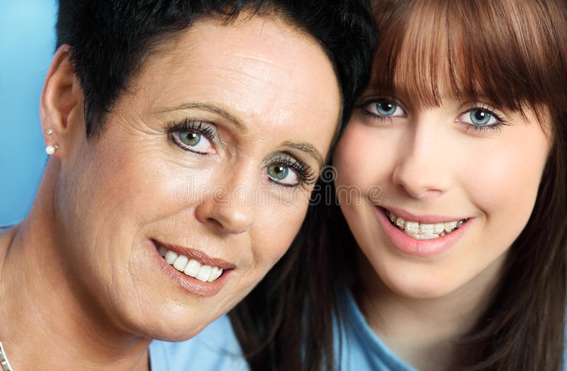 Fälliges Mutter- und Tochterportrait lizenzfreie stockbilder