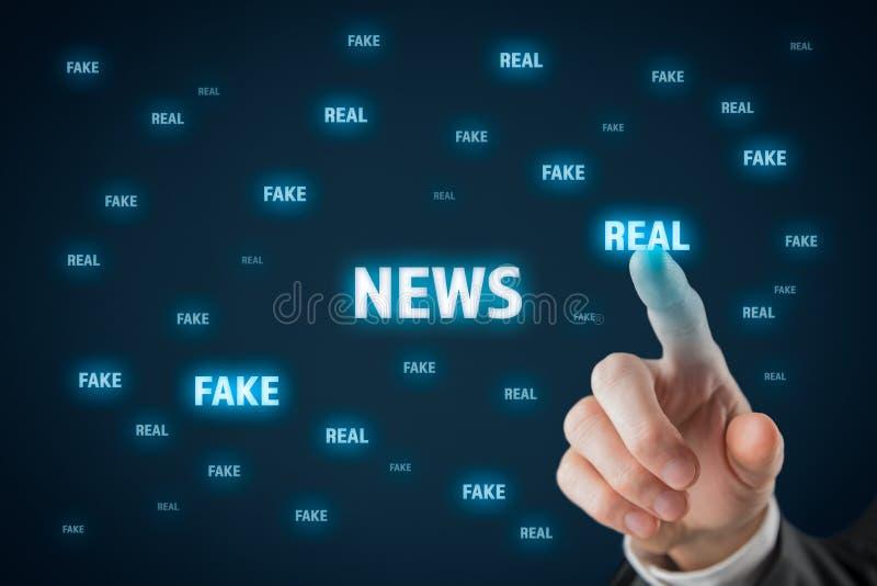 Fälschung gegen wirkliches Nachrichtenkonzept lizenzfreie stockbilder