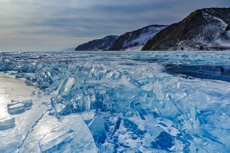 Fält av sprucken is på Baikal sjön royaltyfria foton