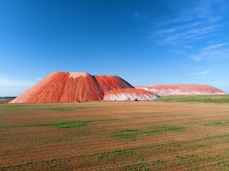 Fält för gräsplan för blå himmel för berg för sommarlandskap rött arkivfoton