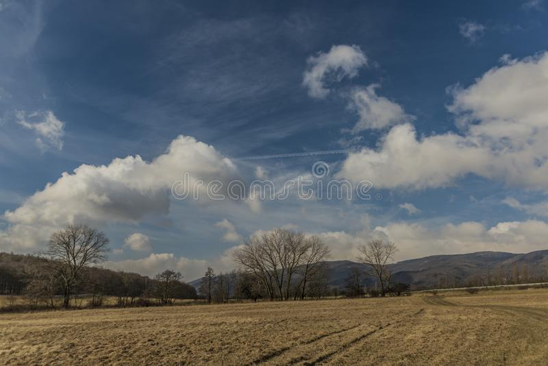 Fält nära den Banov byn i norr Bohemia royaltyfri fotografi