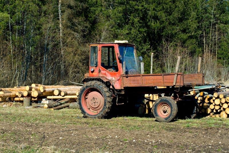 fält som loan den gammala traktoren fotografering för bildbyråer