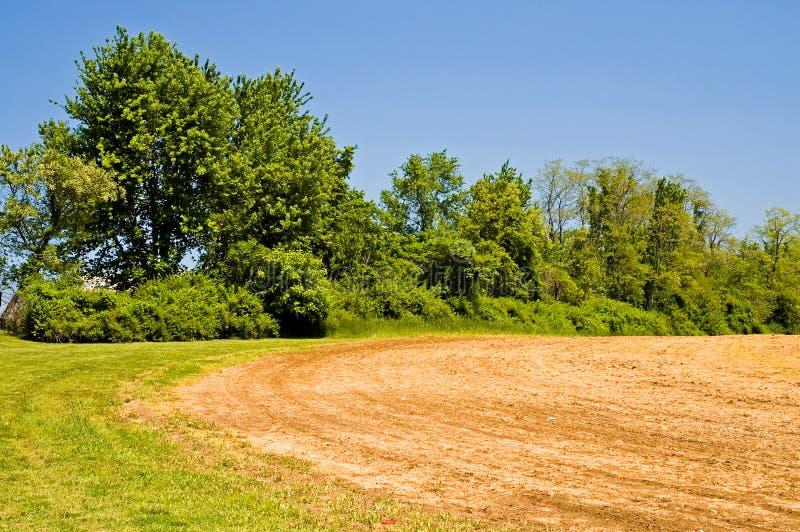 fält som plogas nytt arkivbild