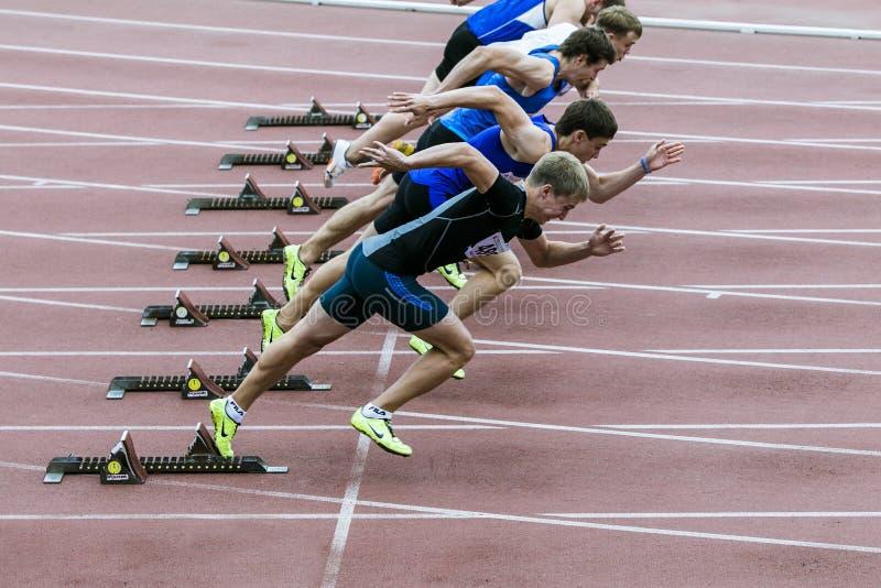 fältet sprintar startspåret arkivfoton