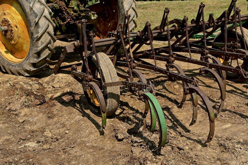Fältodlare som hakas till en traktorhake royaltyfri bild