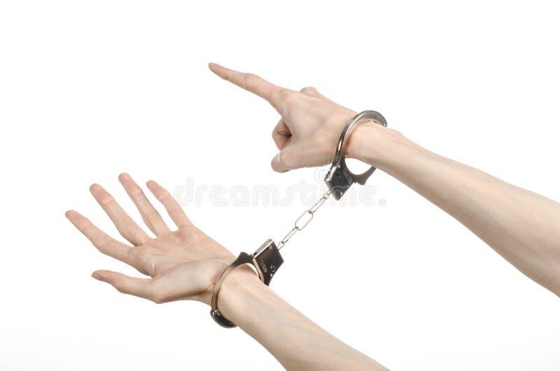 Fängelse och beslagit ämne: manhänder med handbojor som isolerades på vit bakgrund i studio, satte handbojor på mördaren royaltyfri bild