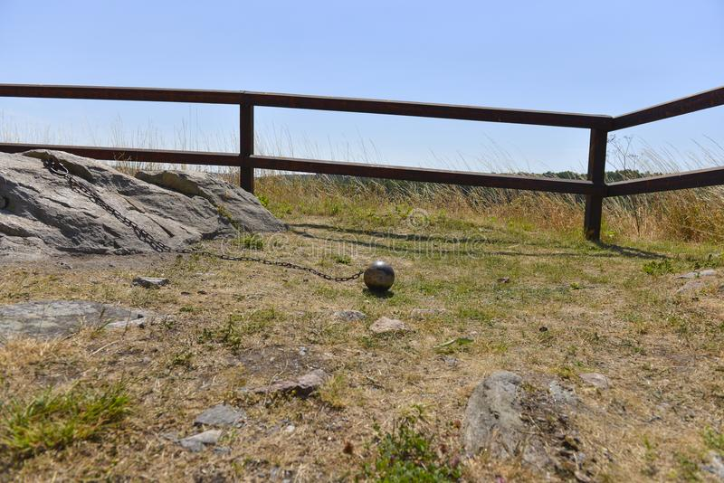 Fängelseboll på gräsfältet royaltyfria foton