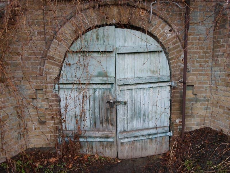 Fängelsehåla skafferi, fängelsehåla, del av slotten, gammal dörr, stor slott, gammalmodig passage, magi, gåta royaltyfri bild