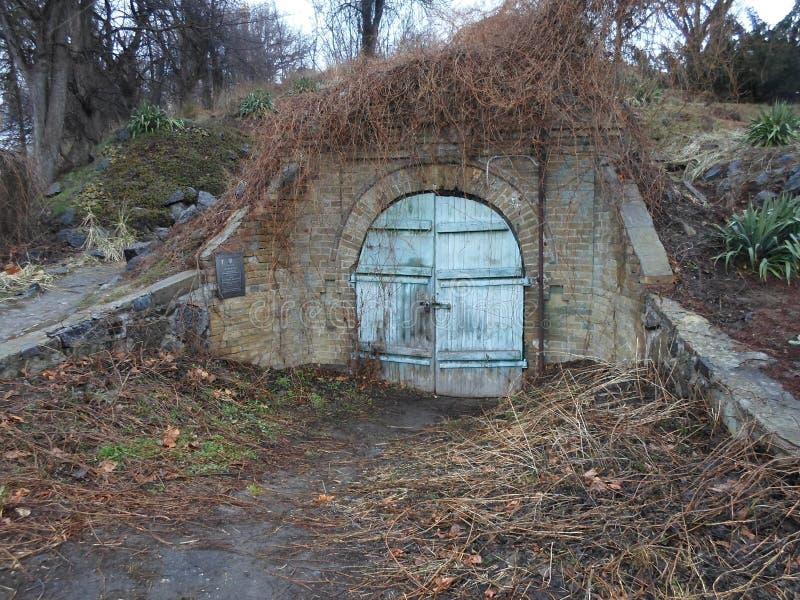 Fängelsehåla skafferi, fängelsehåla, del av slotten, gammal dörr, stor slott, gammalmodig passage, magi, gåta arkivbild