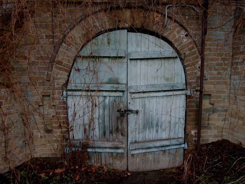 Fängelsehåla skafferi, fängelsehåla, del av slotten, gammal dörr, stor slott, gammalmodig passage, magi, gåta royaltyfri foto