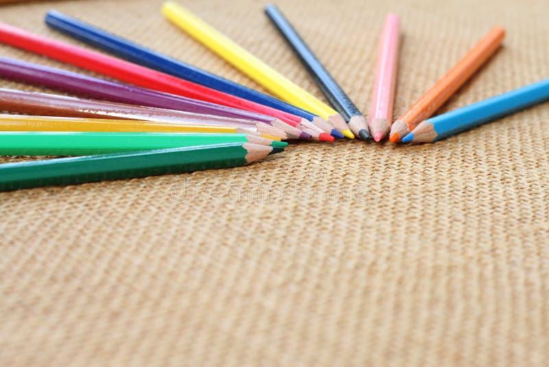 Färben Sie Bleistift auf Hanfhintergrund im selektiven Fokus lizenzfreie stockbilder