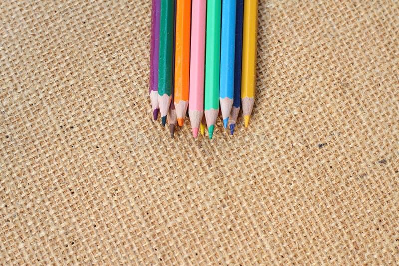 Färben Sie Bleistift auf Hanfhintergrund im selektiven Fokus lizenzfreie stockfotos