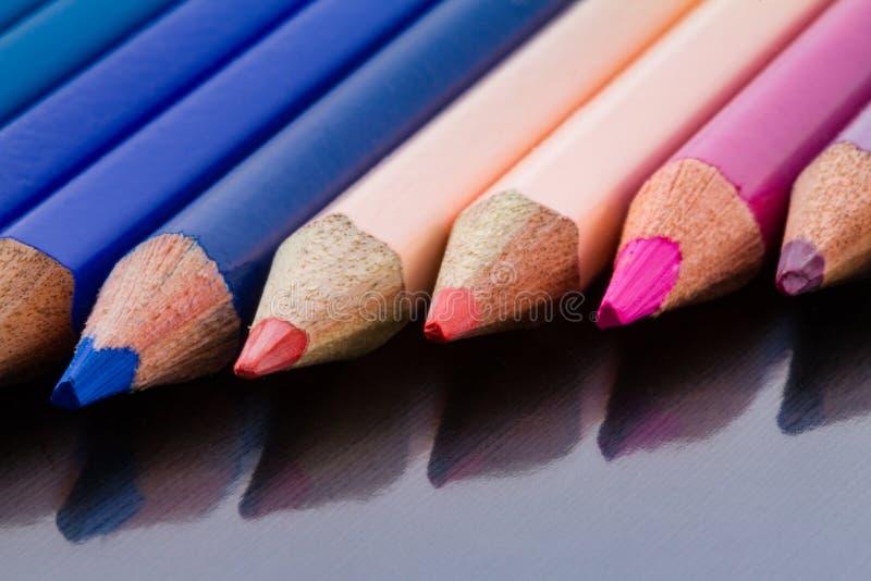 Färben Sie Bleistifte in der diagonalen Bildung und in zugrunde liegendem Oberflächen-refle stockfotografie