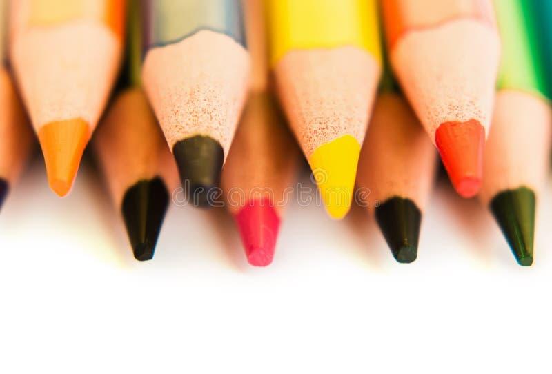 Färben Sie Bleistifte lokalisiert auf weißem Hintergrund, Makroansicht lizenzfreies stockfoto