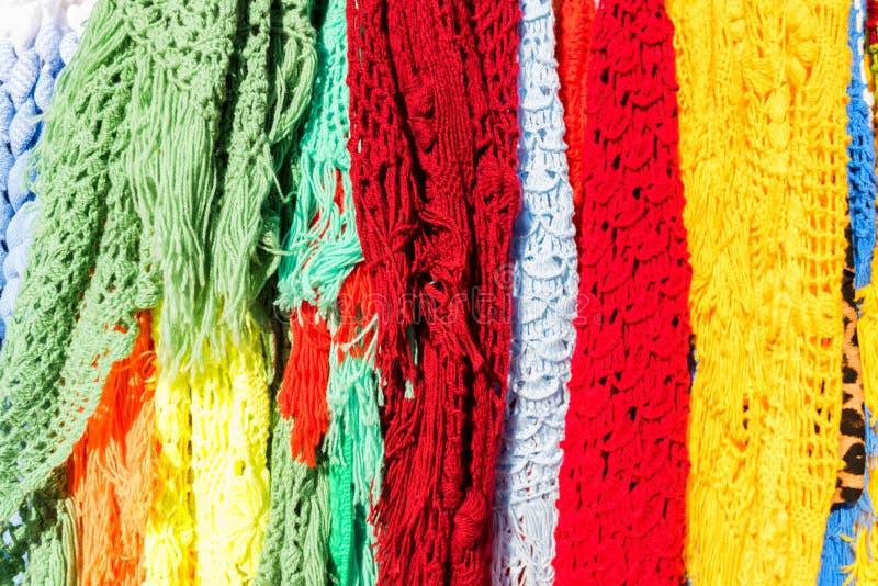 Färben Sie gestrickte Schale im Marktschluss oben stockfotos