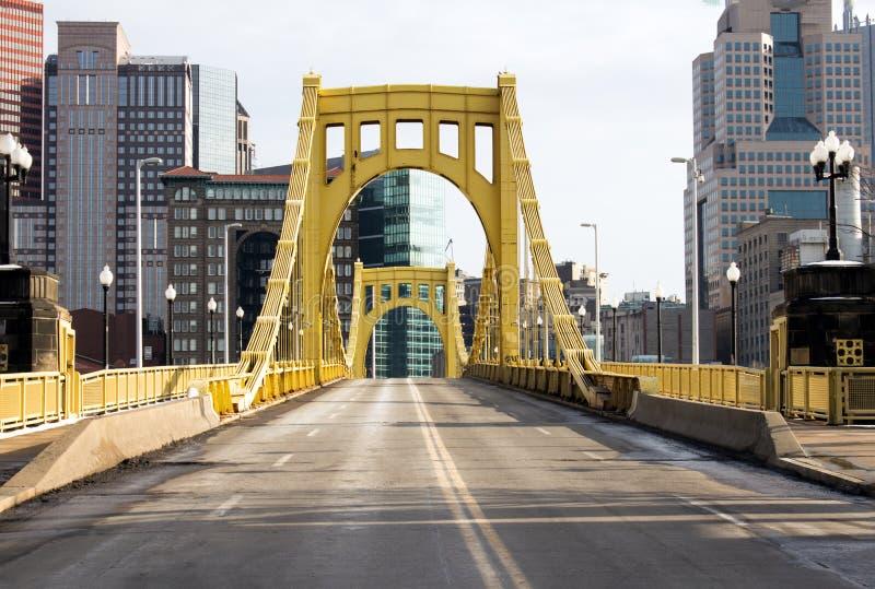 Färben Sie 6. Straßen-Brücke gelb lizenzfreie stockfotografie