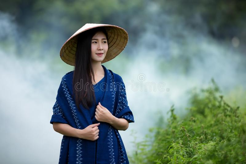 Färbte tragender Indigostoff der Porträtschönheit von natürlichem lizenzfreies stockfoto