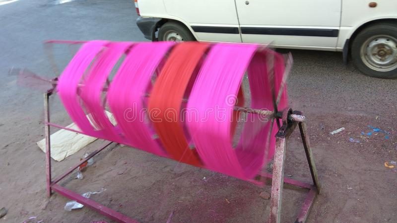 Färbungsfaden auf manuellem spinnendem Werkzeug für Drachenfestival lizenzfreies stockbild