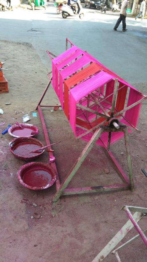 Färbungsfaden auf manuellem spinnendem Werkzeug für Drachenfestival stockfoto