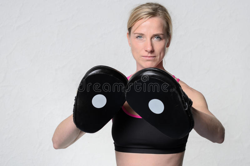Färdig attraktiv mogen kvinnlig boxare arkivbild