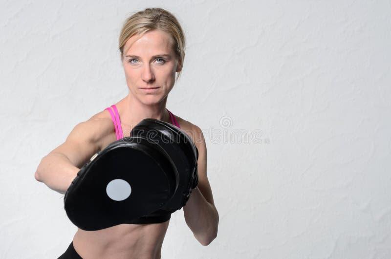 Färdig attraktiv mogen kvinnlig boxare royaltyfri fotografi