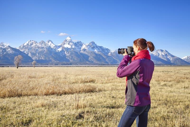 Färdig fotvandrare för kvinnlig som tar bilder med DSLR-kameran royaltyfri foto